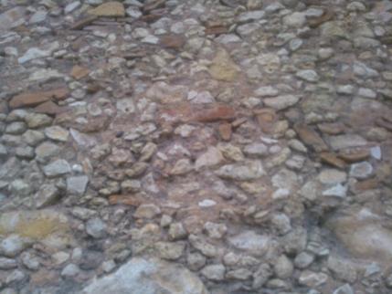 mur béton- cailloux